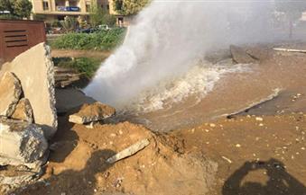 بالصور.. كثافات مرورية في التجمع الخامس بعد كسر الخط الرئيسي لمياه الشرب بمحور التسعين