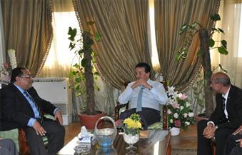 بالصور.. وزير التعليم العالي يُشدد على ربط البحث العلمي بالصناعة في لقائه بقيادات جامعة حلوان