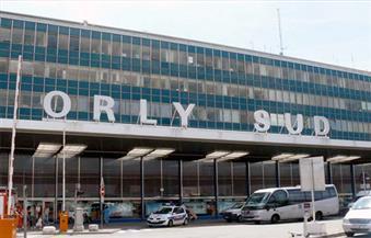 وزير الدفاع الفرنسي: مهاجم مطار أورلي طرح مجندة أرضًا لانتزاع سلاحها