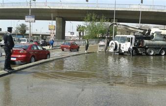 بالصور.. كثافات مرورية عالية بمساكن شيراتون بسبب كسر ماسورة مياه