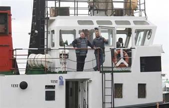 """بالصور.. """"هو هي بنك"""" تصل إلي ميناء الصيد بالبرلس وعليها مهمات لشركة الكهرباء"""