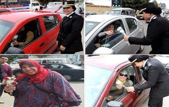بالصور.. الشرطة تحتفل بعيد الأم وتوزع الورد على السيدات بالطريق العام