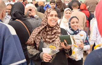 بالصور.. شباب كفر الدوار يوزعون الورد والحلوى على السيدات فى الشوارع احتفالاً بعيد الأم