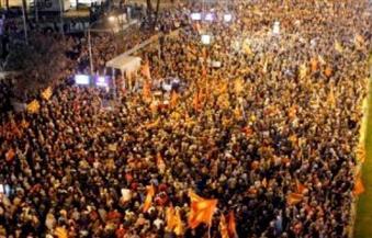 تظاهر عشرات الآلاف من المقدونيين لتدخل الاتحاد الأوروبي في السياسة الداخلية