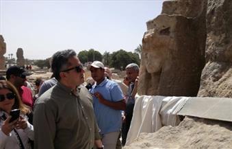 """ننشر """"صور"""" للأجزاء المكتشفة من تمثال لـ""""أمنحتب الثالث"""" غرب الأقصر"""