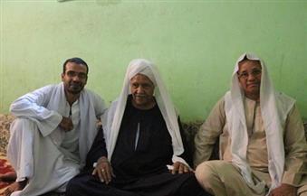 بالصور.. العم سيف بقنا شارك المهندس حسن فتحي بناء بيوت الطين والقباب في القرنة