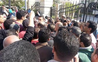 بالصور.. تجمهر العشرات أمام محافظة كفرالشيخ للمطالبة بالحصول على شقق الإسكان الاجتماعي