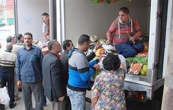 الدفع بسيارة محملة بالمواد الغذائية بأسعار مخفضة في نطاق حي الزيتون