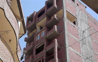 """بالصور.. """"تنفيذي الفيوم"""" يبدأ في إزالة 5 طوابق غير مرخصة ببرج سكني"""