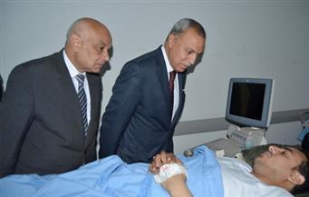 محافظ قنا يطمئن على الحالة الصحية للضابط المصاب فى حملة أمنية بمركز أبوتشت