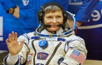 درع واقية من الحطام يفلت من رائدي فضاء خلال تثبيته بمحطة الفضاء الدولية