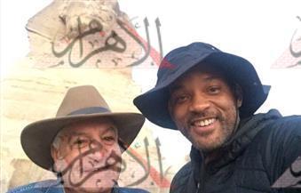"""بالصور.. ويل سميث يزور الأهرامات ويسأل زاهى حواس """"من هو أبو الهول؟"""""""