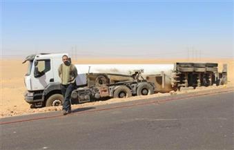 بالصور.. انقلاب شاحنة محملة بـ22 طنًا من غاز الأمونيا بطريق أسوان الصحراوي