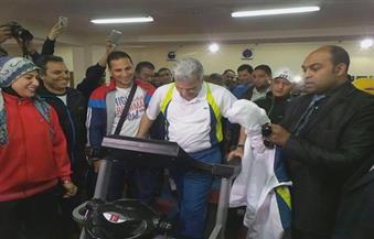 بالصور.. جابر نصار يُشارك طلاب جامعة القاهرة في ماراثون دراجات وألعاب رياضية
