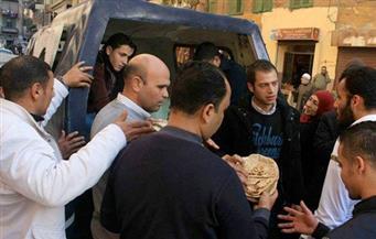 بالصور.. الشرطة توزع الخبز على الأهالي الغاضبين بالإسكندرية