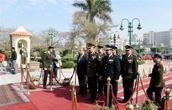 بالصور.. محافظ الإسكندرية يضع إكليل زهور على النصب التذكاري في احتفالات يوم الشهيد