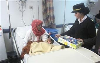 """بالصور.. """"أمن أسوان"""" يُوزع الحلوى على مرضى معهد الأورام"""
