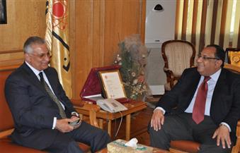 رئيس جامعة حلوان يستقبل وزير التنمية المحلية السابق