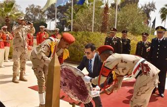 بالصور.. محافظ أسيوط يضع إكليل الزهور على النصب التذكاري في احتفالات يوم الشهيد