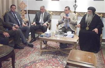 محافظ الفيوم ومدير الأمن وقيادات جامعية يقدمون العزاء للأنبا إبرام في ضحايا الإرهاب