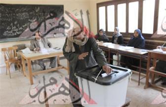 كبار السن والسيدات يقفون في طوابير أمام اللجان الانتخابية بالجيزة