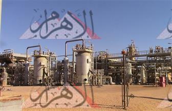 شاهد بالفيديو والصور.. كيف يتم استخراج البترول في الصحراء الغربية