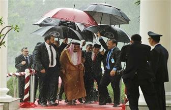 """دعابة سياسية.. رئيس إندونيسيا للملك سلمان: """"حملتُ لك المظلة وذهبتْ استثماراتك إلى الصين"""""""
