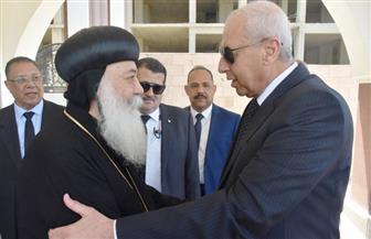 محافظ أسوان ومدير الأمن يقدمان واجب العزاء في ضحايا كنيستي طنطا والإسكندرية