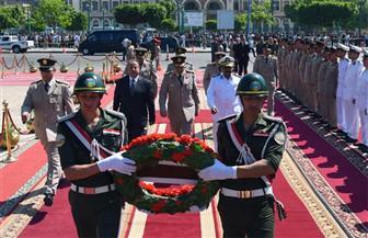 محافظ الإسكندرية يضع الزهور على النصب التذكاري للشهداء في احتفالات تحرير سيناء | صور
