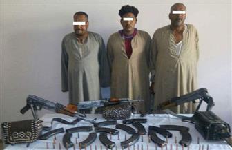 ضبط 4 عناصر إجرامية للاتجار في الأسلحة غير المرخصة وبحوزتهم 6 بنادق آلية و1135 طلقة نارية