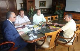 استعدادًا لافتتاحها سبتمبر المقبل.. وزير الري يستعرض مع مسئولي قناطر أسيوط الجديدة سير التنفيذ