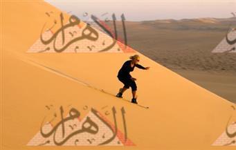 نرصد بالصور.. سياحة جديدة ابتكرها شباب سيوة باستخدام زلاجات الجليد للتزحلق على الرمال