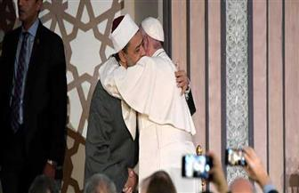 مستشار شيخ الأزهر يعلق على مشهد معانقة بابا الفاتيكان والطيب