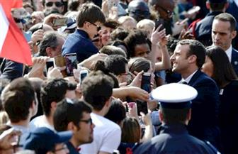 آلاف الفرنسيين يحتشدون أمام بلدية باريس لتحية الرئيس ماكرون وزوجته