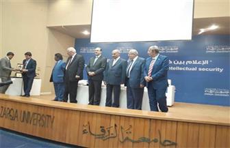 وزير الإعلام الأردني يُكرم رئيس جامعة أسيوط خلال مشاركته في مؤتمر بجامعة الزرقاء الأردنية