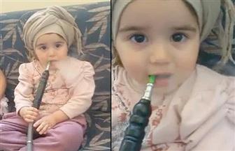 فيديو صادم.. طفلة عربية تُدخن الشيشة وأمها تصور