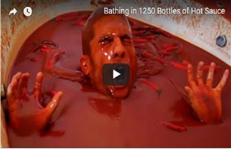 فكرة جنونية.. شاب يغطس في حمام من الفلفل الحار.. ماذا جرى له؟   فيديو