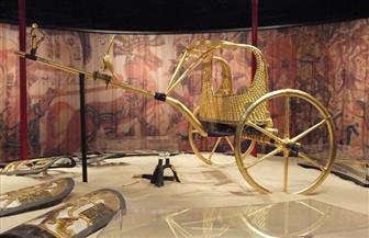 بدء تغليف العجلة الحربية للملك توت عنخ آمون تمهيدًا لنقلها للمتحف المصري