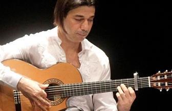 عماد حمدي يعزف على الجيتار في المانسترلي الخميس المقبل