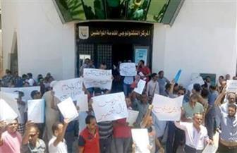 العشرات من أهالي الرويسات يحتجون أمام مجلس مدينة شرم الشيخ على قرارات الإزالة ويطالبون بالتقنين| صور