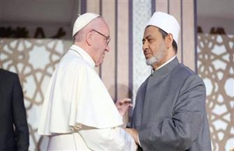 من كواليس اللقاء التاريخي.. الإمام الأكبر يوقع كتاب ذاكرة الأزهر بخط اليد ويهديه لبابا الفاتيكان