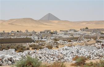 إزالة 300 جبانة بدون ترخيص بالقرب من أهرامات الملك سنفرو وأمنمحات الثالث بدهشور   صور