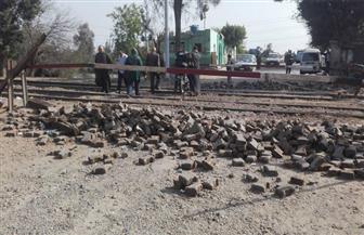 """السكة الحديد: ونش بري لرفع السيارات يقتحم مزلقان ميت حلفا على خط """"القاهرة - الإسكندرية"""""""