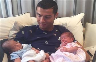 """""""رونالدو"""" ينشر الصورة الأولى لتوأمه حديثي الولادة"""