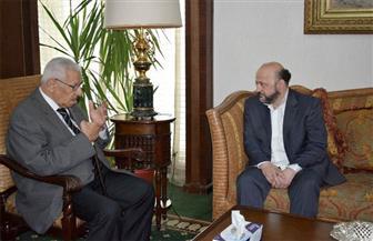 مكرم يلتقي وزير الإعلام اللبناني ويؤكد عدم تنازل الدول المناهضة الإرهاب عن مطالبها من قطر