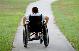 تسليم طفل من ذوي الإعاقة في مركز البلينا بسوهاج كرسيا متحركا