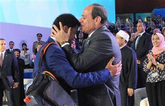 السيسي يقبل رأس ياسين الزغبي.. طاف محافظات بحري وجمع مشكلات سكانها.. والرئيس يعده: كلها مُجابة | فيديو