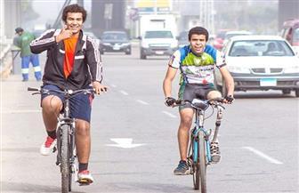 شاب يتحدى الإعاقة طائفًا محافظات بحري على دراجة لجمع مشكلات السكان وعرضها بمؤتمر الإسكندرية