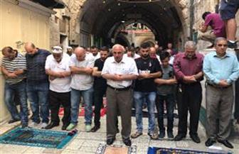 فلسطينيو القدس يواصلون صلواتهم في أقرب النقاط للمسجد الأقصى