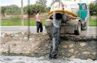 ضبط سيارة تُلقي مخلفات الصرف الصحي بترعة في ملوي.. وتغريم قائدها 15 ألف جنيه